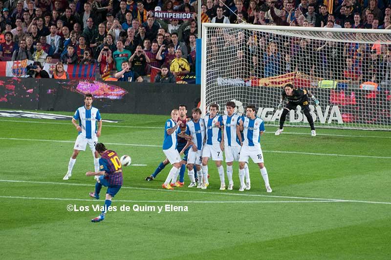 Messi marcando un gol de falta