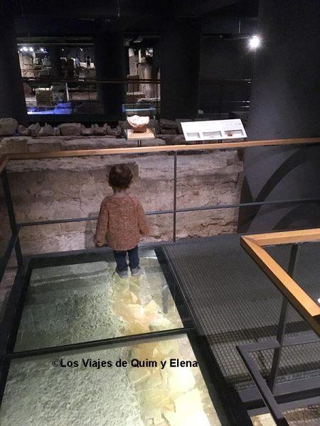 Álex en el Muhba en Museos para niños en Barcelona