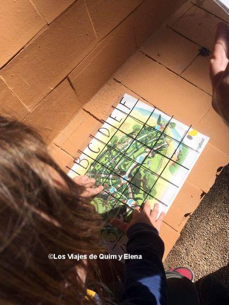 Éric resolviendo el enigma de Santa Clotilde en Lloret de Mar con niños