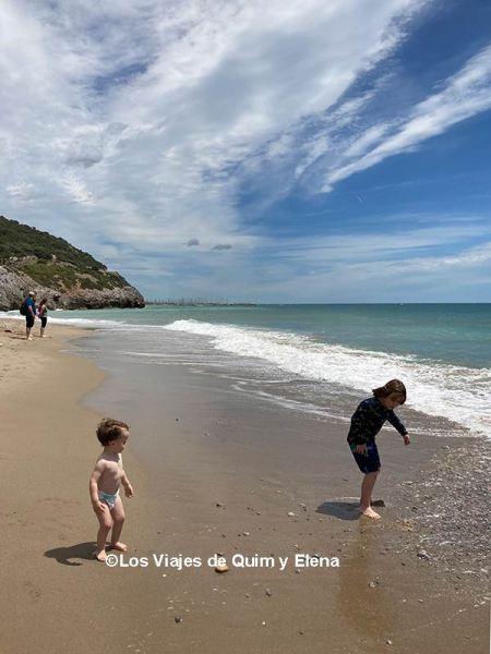 Álex y Éric jugando en el playa