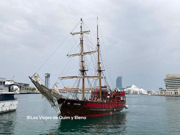Barco pirata en el puerto de Barcelona