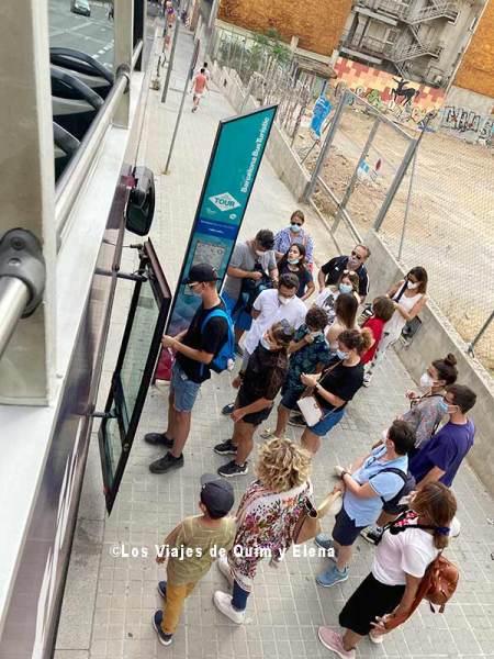 Pasajeros esperando subir a bordo de la Ruta Azul del Bus Turístic