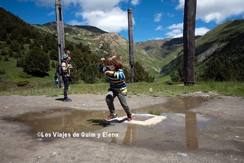 Éric jugando de camino al Mirador del Roc del Quer en Canillo en Andorra