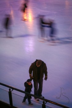 A man ice skating with his kid on a rink in Millenium Park in Chicago | LotsaSmiles Photography