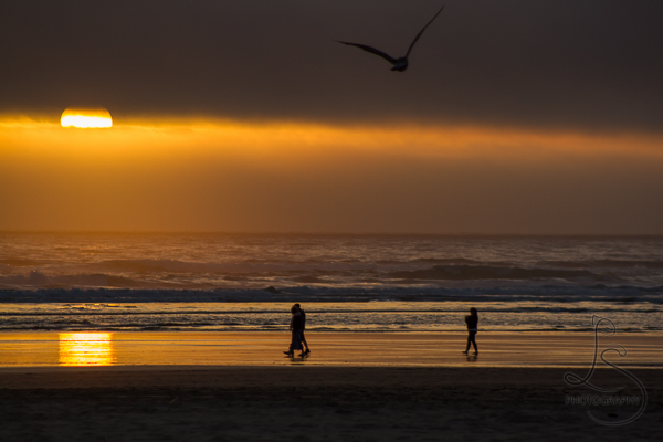 Golden sunset on the beach at Seaside, Oregon | LotsaSmiles Photography