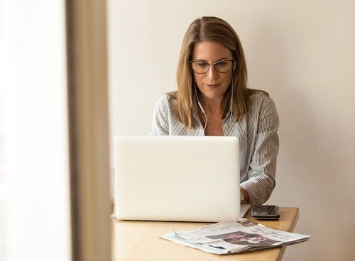 Kvinde søger inspiration til karriereskift