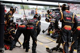 Pastor Maldonado, Lotus E22 Renault, comes in for a pit stop.