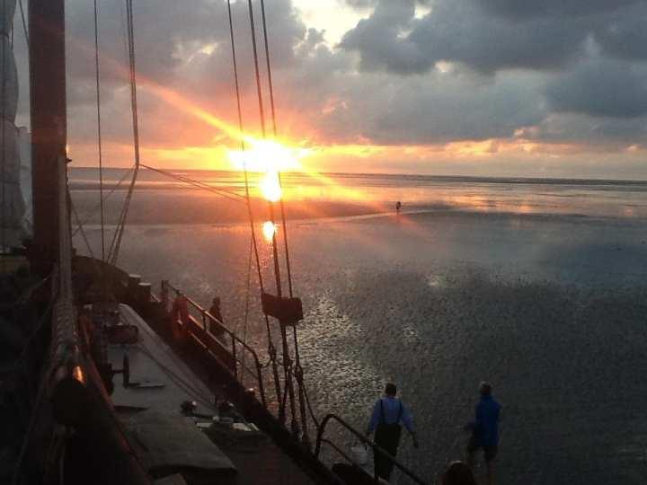 Zonsondergang op de Waddenzee tijdens droogvallen