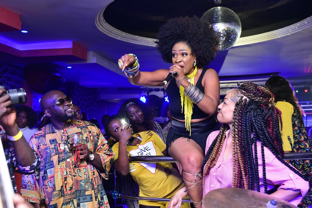 MUMA GEE giving mad vibes whilst Elvina Ibru and Elajoe look on with admiration