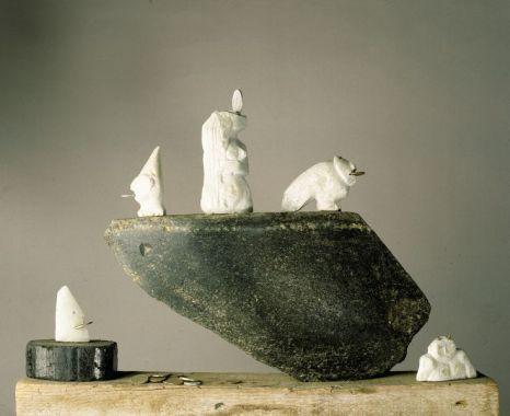 Charonsnachen | 1992, Granit/Speckstein/Münzen | 35 x 40 x 8 cm