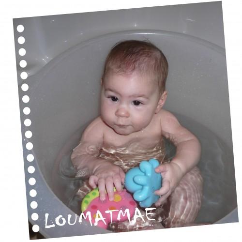 bébé 4 mois assis dans baignoire shantala
