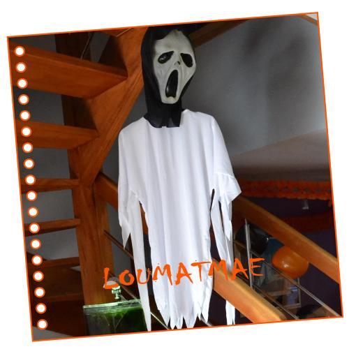 Fantôme halloween en lévitation