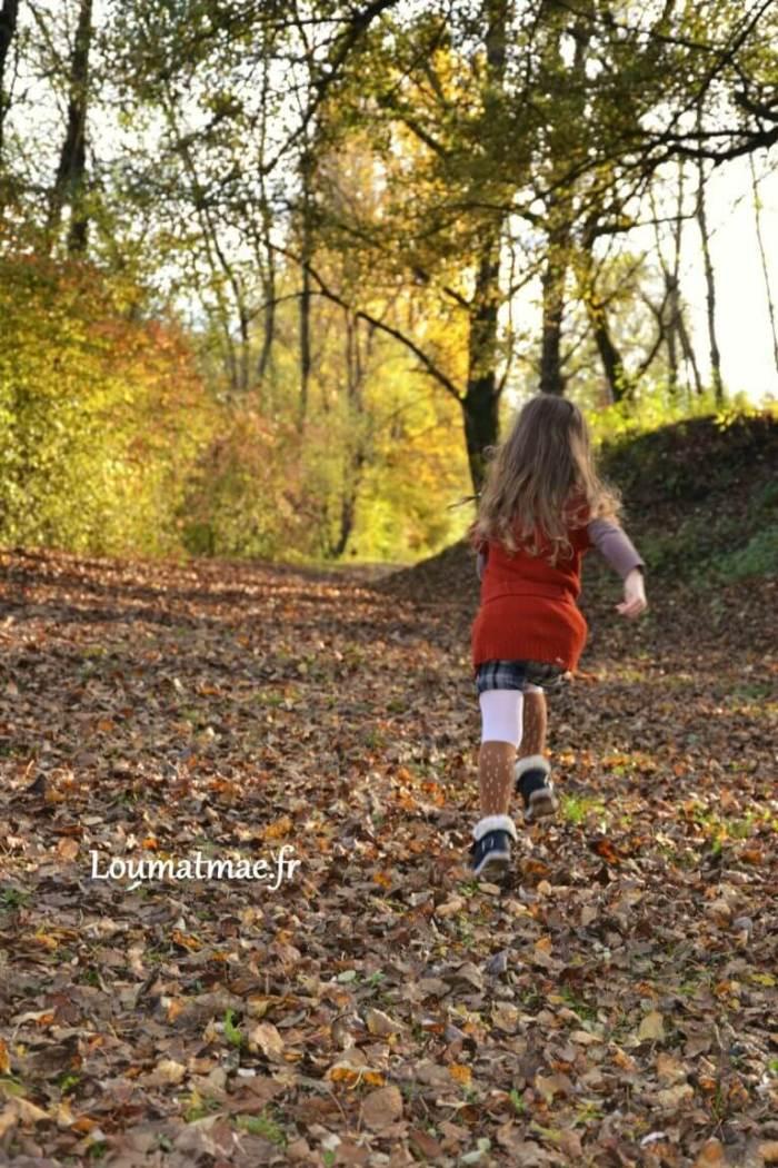 courir sur les chemins de feuilles d'Automne