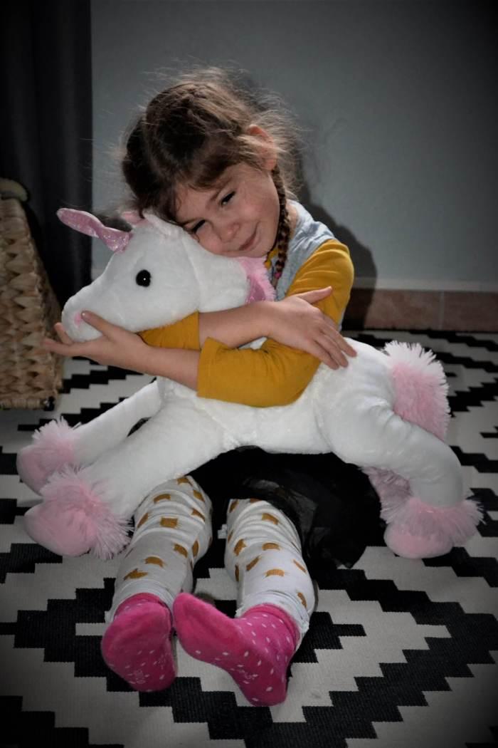 Maé et sa licorne blanche