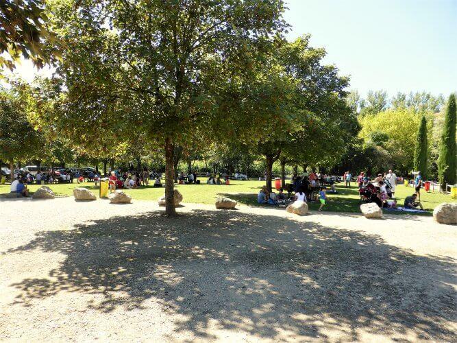 aire de pique nique devant le parc walibi