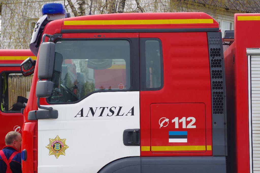 Pikne süütas Antsla vallas heinapallid ja tuul murdis puid