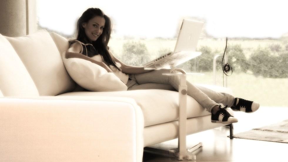 Soporte ergonómico para laptop. Lounge-book transforma su sofá, sillón, en un escritorio perfecto.