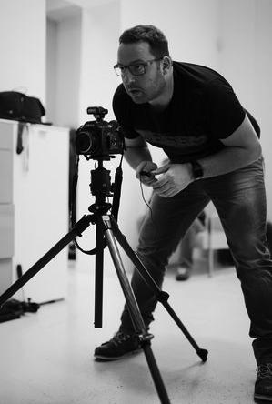 O SOBIE Wykładowca Warsztatów Sztuki Fotografii, absolwent kursów International Center of Photography wNowym Jorku, Getty Images wBarcelonie iinnych. Fotograf naco dzień zajmujący się modą ireklamą, prywatnie pasjonat wyżłów.