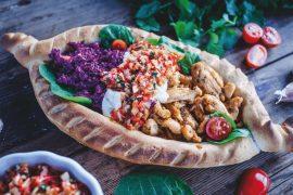 Placek a'la chaczapuri z kurczakiem, czerwoną kapustą i sosem paprykowym [przepis]