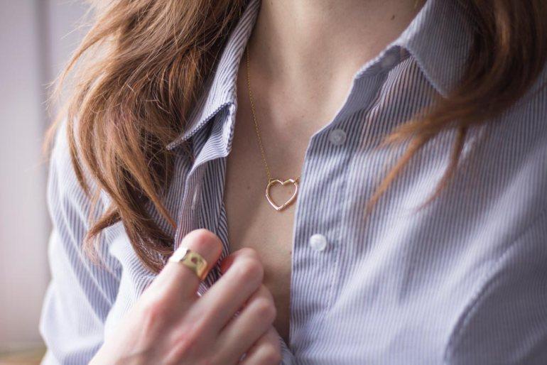 Biżuteria do rozpiętej koszuli