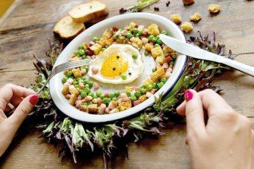 Jajko z groszkiem i boczkiem [przepis] Jajko z groszkiem i boczkiem [przepis] 8
