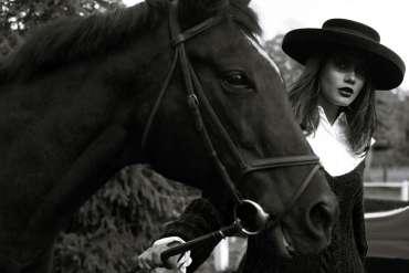 Czarująca sesja z koniem w roli (prawie) głównej