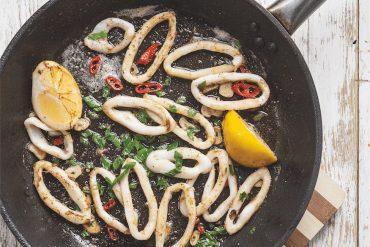 Kalmary z masłem czosnkowym i chili w sosie z białego wina.Idealne na upalne dni.