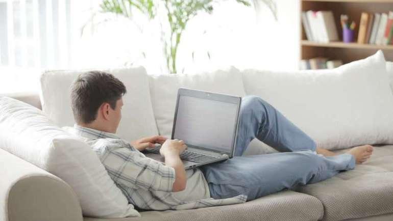 Praca z laptopem na kanapie