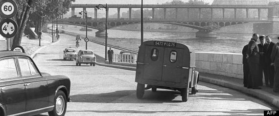 Les premières automobiles s'engagent sur l'autoberge du Quai de Passy, ouverte à la circulation le 18 septembre 1961, et plus tard appelée voie rapide Georges Pompidou.