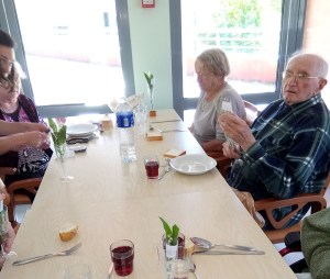 Lourdes : l'association «Vaincre l'Indifférence» a offert des bouquets de bonheur aux aînés le 1er Mai