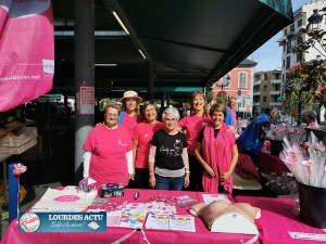 Read more about the article Lourdes : stands du Lions Club et de la Ligue 65 sur le Marché pour Octobre rose