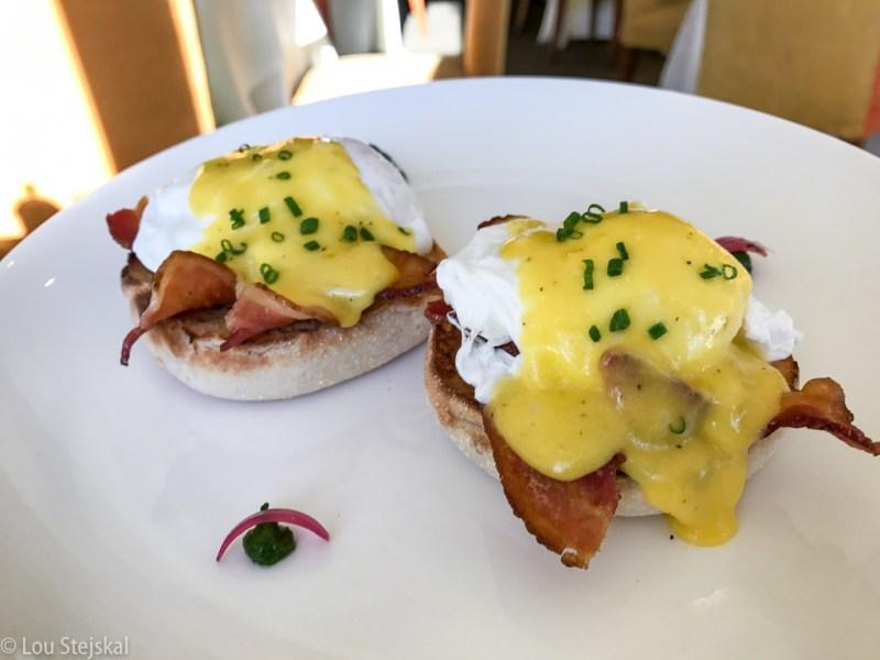 Eggs Benedict, bacon, Hollandaise sauce