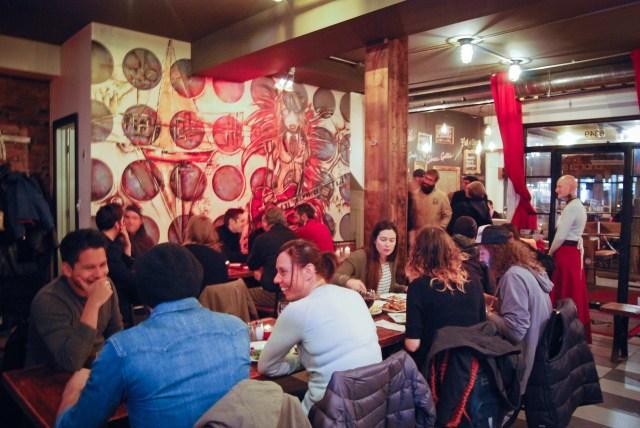 Le café-bistro l'Artizan lors du vernissage de l'exposition de Camille Havas le 18 octobre 2015 (Sarah Laou)