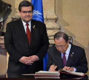 Ban Ki-Moon signe le livre d'or de la Ville de Montréal (crédit: Nathalie Simon-Clerc)