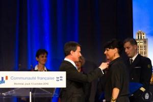 Manuel Valls décore Nathalie Bondil, directrice du MBAM