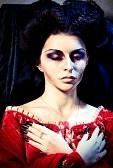16447640-belle-femme-vampire-couche-dans-le-cercueil-au-cimetiere-la-nuit