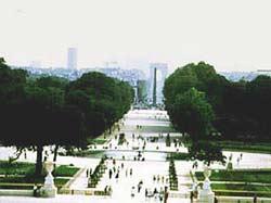 Большая панорама с Садами Тюильри (Jardin des Tuileries), Обелиск на площади согласия (Place de la Concorde) и триумфальная арка в Этуале