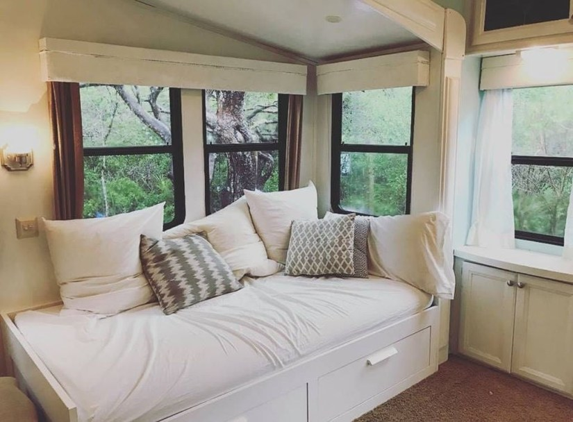 Cozy RV Bed Remodel Ideas On A Budget 50