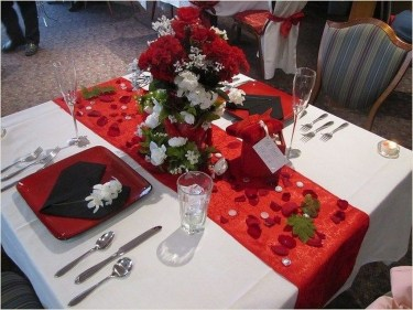 Perfect Valentine's Day Romantic Dining Table Decor Ideas For Two People 44