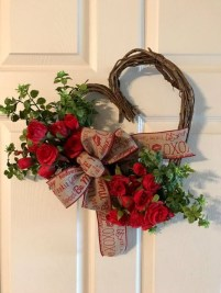 Pretty Valentines Day Wreath Ideas To Decorate Your Door 05