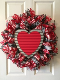Pretty Valentines Day Wreath Ideas To Decorate Your Door 08