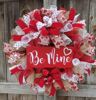 Pretty Valentines Day Wreath Ideas To Decorate Your Door 09