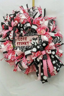 Pretty Valentines Day Wreath Ideas To Decorate Your Door 25