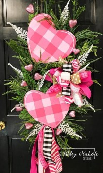 Pretty Valentines Day Wreath Ideas To Decorate Your Door 33