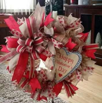 Pretty Valentines Day Wreath Ideas To Decorate Your Door 36