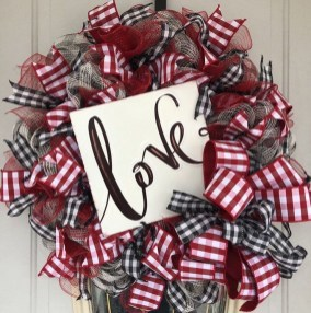 Pretty Valentines Day Wreath Ideas To Decorate Your Door 40