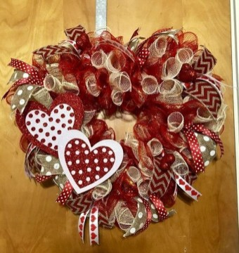 Pretty Valentines Day Wreath Ideas To Decorate Your Door 45