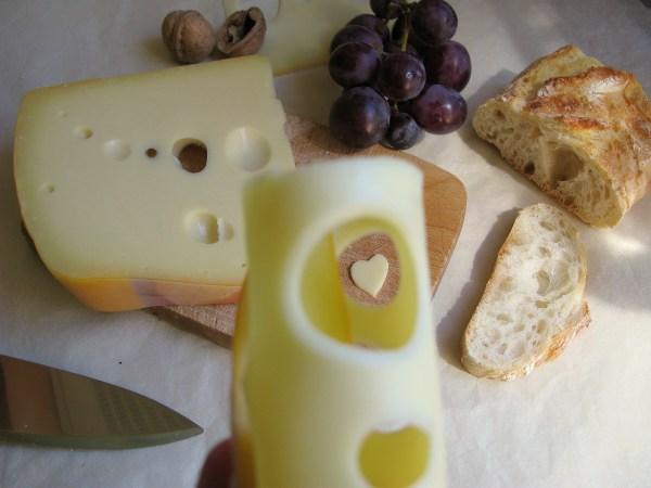 Глазки сыра Маасдам порой достигают размера с вишню