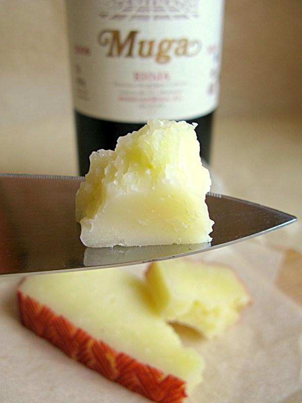 Манчего - тесто этого сыра однородное, цвета космического латте