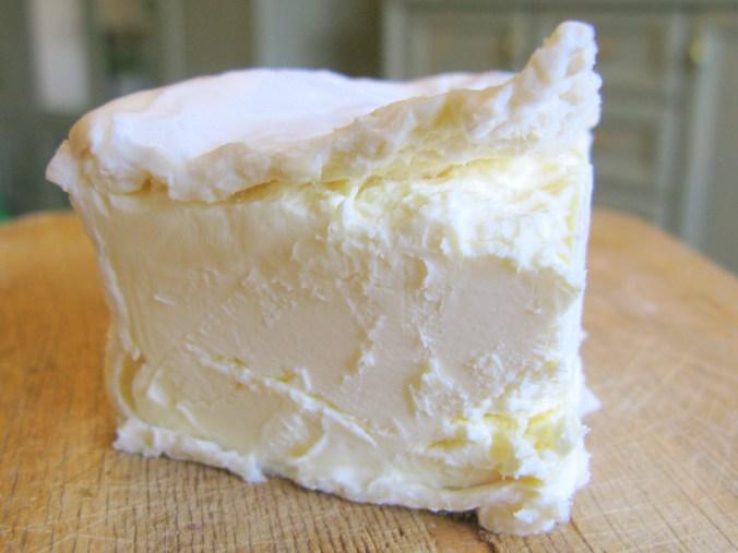 """Мякоть сыра """"Брийя-Саварен"""" - нежная, с явным оттенком сливочного масла во вкусе"""